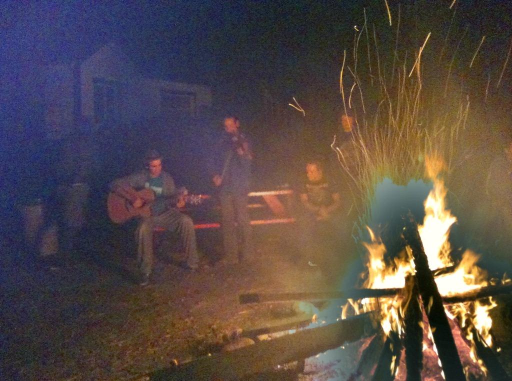 Auberge de jeunesse de Tadoussac, musique autour du feu